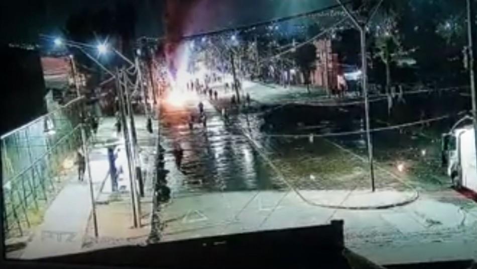 Video registra momento en que carabinero resulta quemado por bomba molotov en Peñalolén