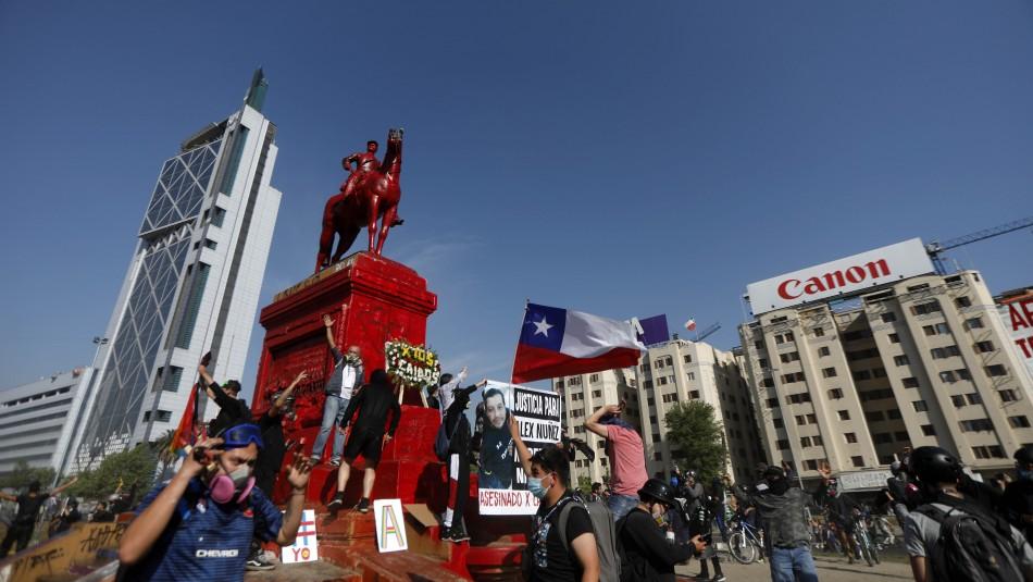 Pintan de rojo monumento del General Baquedano.
