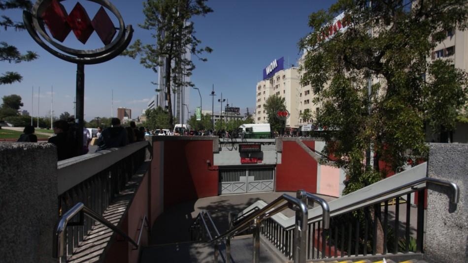 Metro informa que accesos a Estación Baquedano por Línea 1 permanecen cerrados