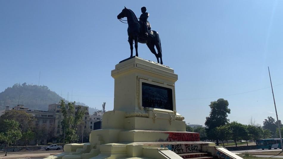 Limpian estatua del general Baquedano tras haber sido pintada de rojo durante el viernes