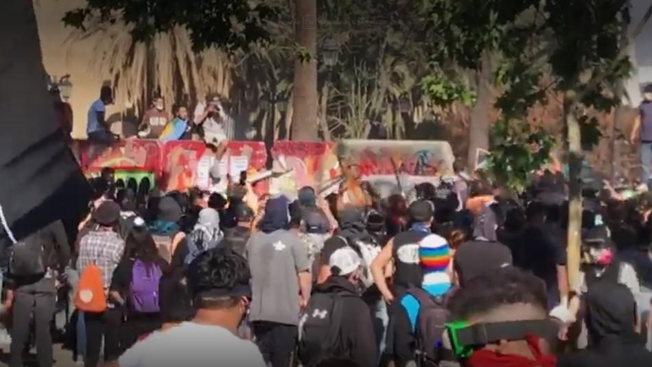 Manifestantes derriban muro que protegía el Monumento a los Mártires de Carabineros