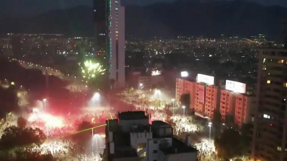 Lanzan fuegos artificiales durante manifestación en Plaza Italia