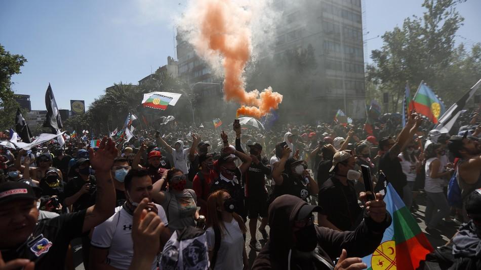 18-O: Carabineros dispersa a manifestantes en Plaza Italia