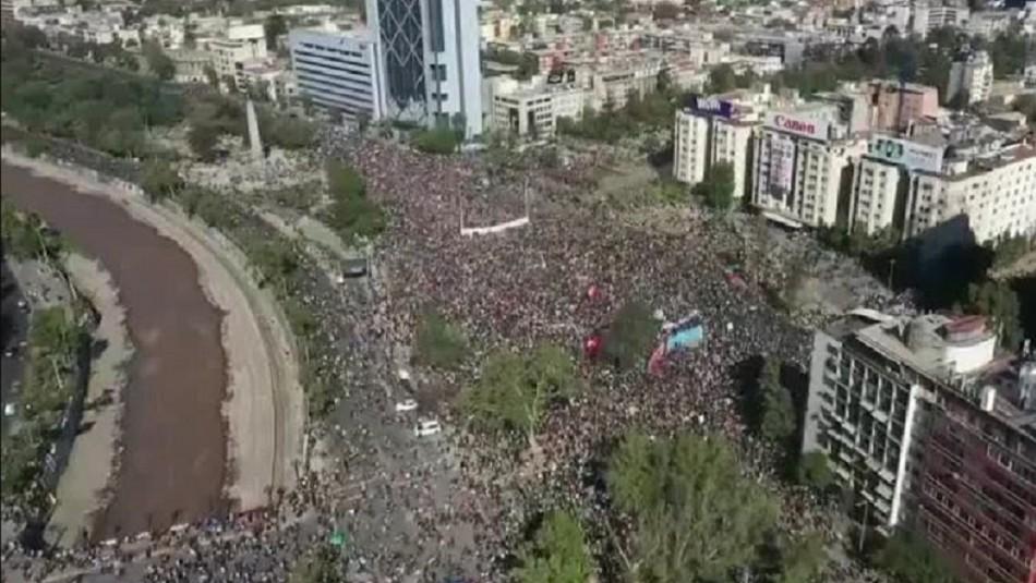 Conmemoración del 18-O: Miles de personas se congregan en Plaza Italia