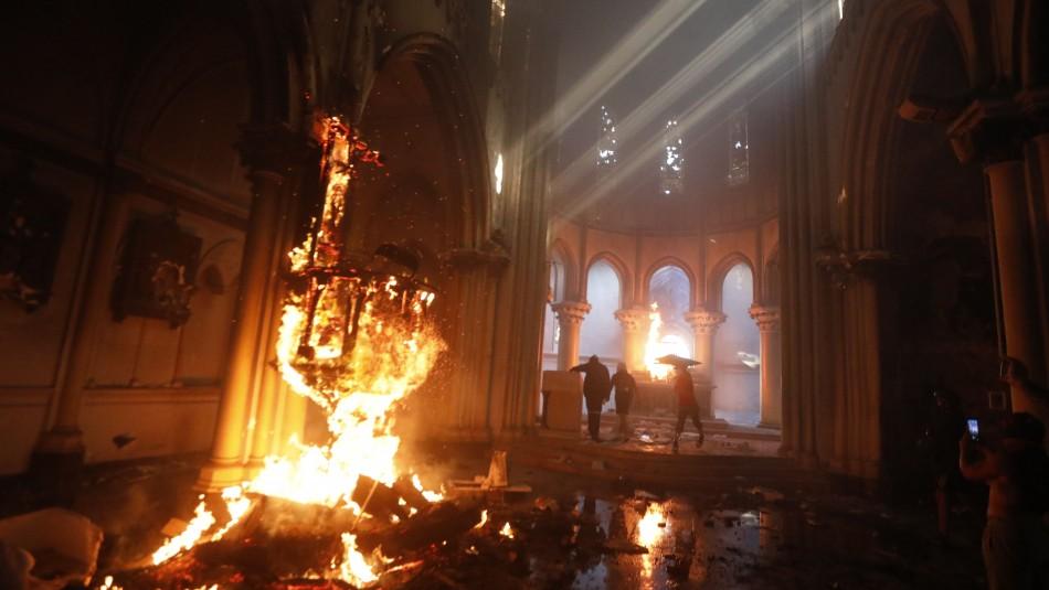 Video muestra incendio al interior de la iglesia institucional de Carabineros