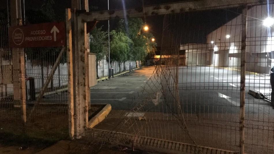 Desconocidos saquean supermercados en La Granja y Puente Alto
