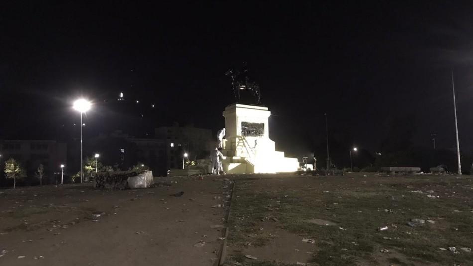 Limpian nuevamente monumento del general Baquedano tras las manifestaciones del 18-O