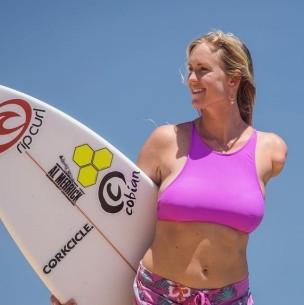 La surfista que perdió un brazo por ataque de tiburón presenta a su familia a sus 30 años