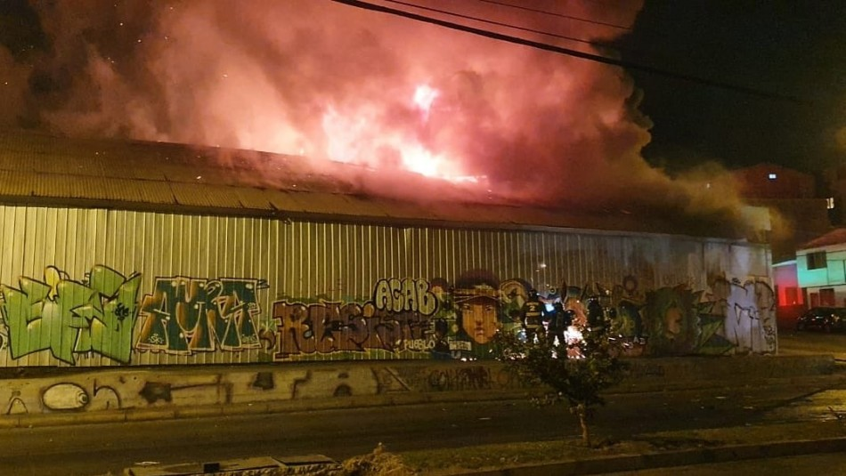 Gran incendio afecta a cinco casas patrimoniales en Antofagasta