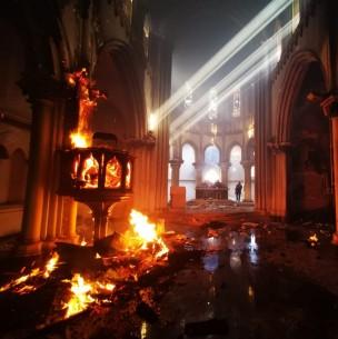 Bolsonaro condena incendios a iglesias de Santiago durante manifestaciones y acusa