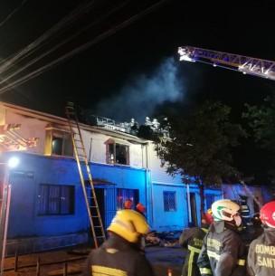 Incendio estructural afecta a viviendas en Estación Central