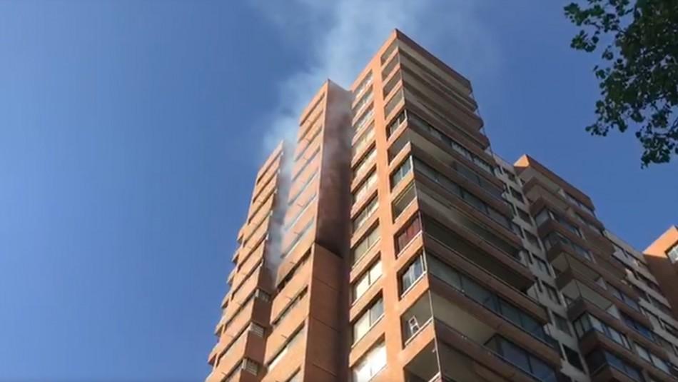 Incendio se registró en edificio de Las Condes: Bomberos asiste a persona afectada por humo