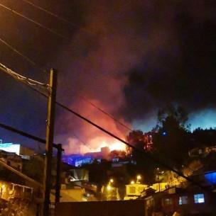 Incendio estructural afectó a tres viviendas en Cerro Yungay de Valparaíso
