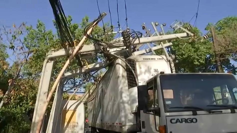 Camión arrasa con postes y provoca corte de luz en Providencia y Ñuñoa