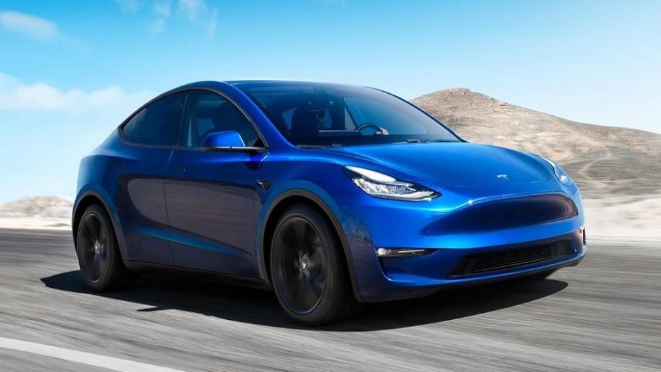 Compró un auto Tesla y al salir del concesionario se le voló el techo en plena autopista