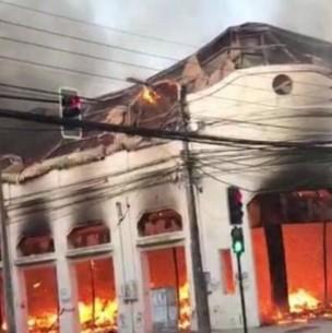Violento incendio consume al menos 15 locales de una galería en Talca