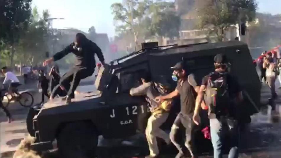 Joven se monta sobre carro lanza gases en movimiento durante manifestaciones en Plaza Italia