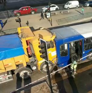 4 heridos y conductor atrapado tras choque entre camión y bus del Transantiago