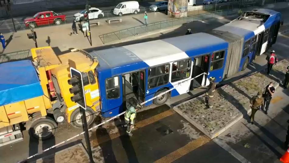 12 lesionados y conductor atrapado tras choque entre camión y bus del Transantiago