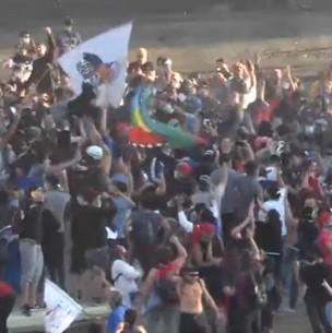Manifestantes se toman Plaza Baquedano tras enfrentarse con carabineros