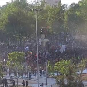 Video muestra cómo manifestantes se toman Plaza Italia