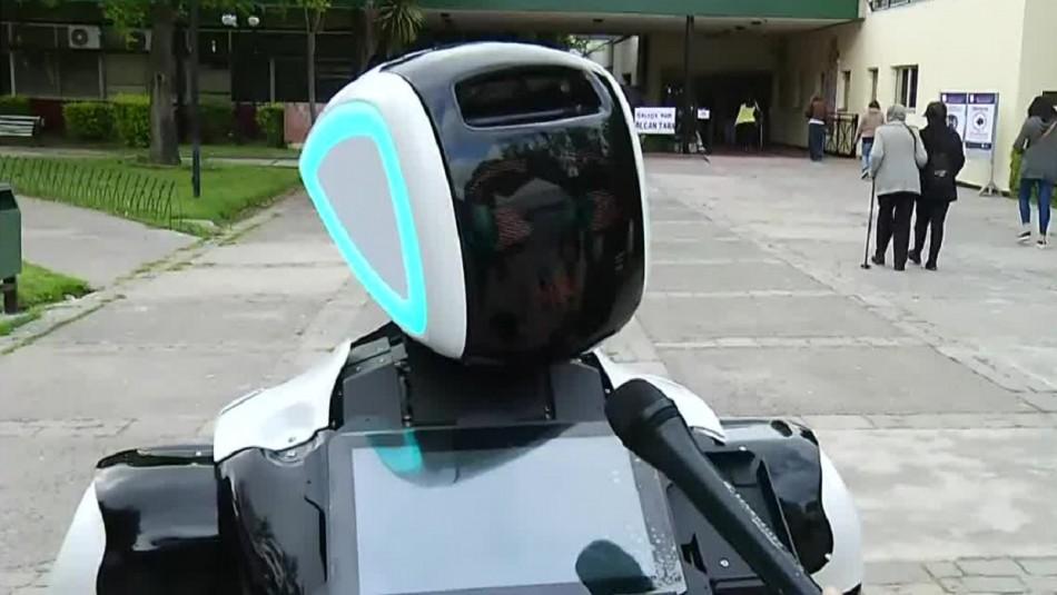 Instalan robot para ayudar a votantes en colegio de Las Condes