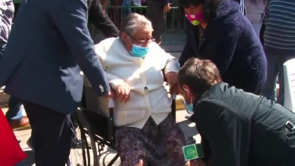 Mujer de 80 años sufre caída en local, pero igual vota:
