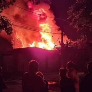 Dos jóvenes y un niño de 10 años fallecen en violento incendio en Lo Espejo