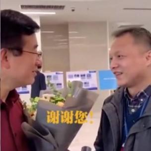 Reaparece médico chino al que le cambió el color de la piel por el coronavirus