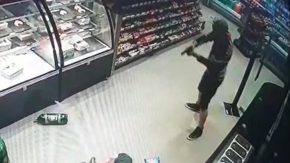 Tres menores de edad cometen violento robo en servicentro de Providencia