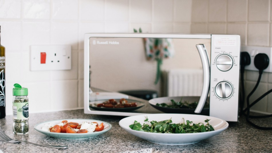 Cinco alimentos que no debes calentar en un microondas