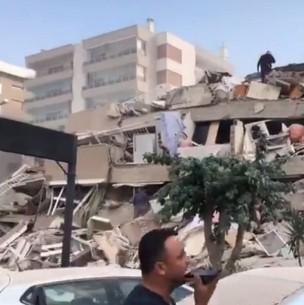 Videos muestran tsunami y colapso de edificios tras terremoto en Grecia y Turquía