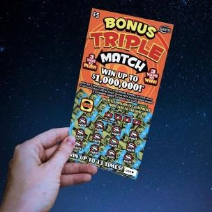 Hombre encontró un boleto de lotería mientras hacía el aseo y se ganó 1 millón de dólares
