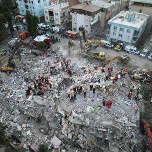 Terremoto y posterior tsunami en Grecia y Turquía deja hasta el momento 26 muertos y 800 heridos
