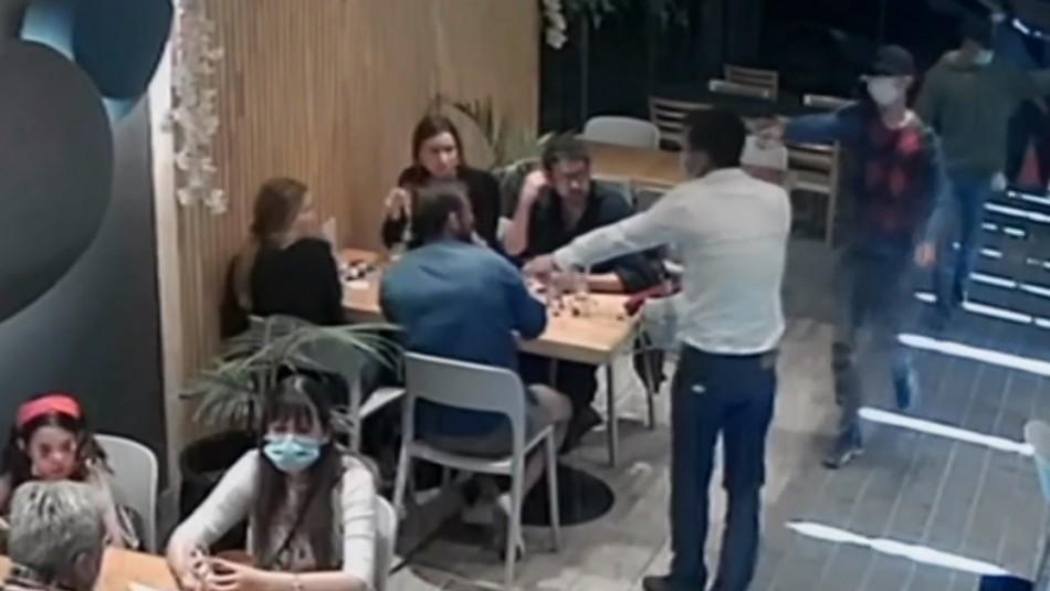 Cámaras de vigilancia captan asalto con armas de fuego en restaurante de Vitacura