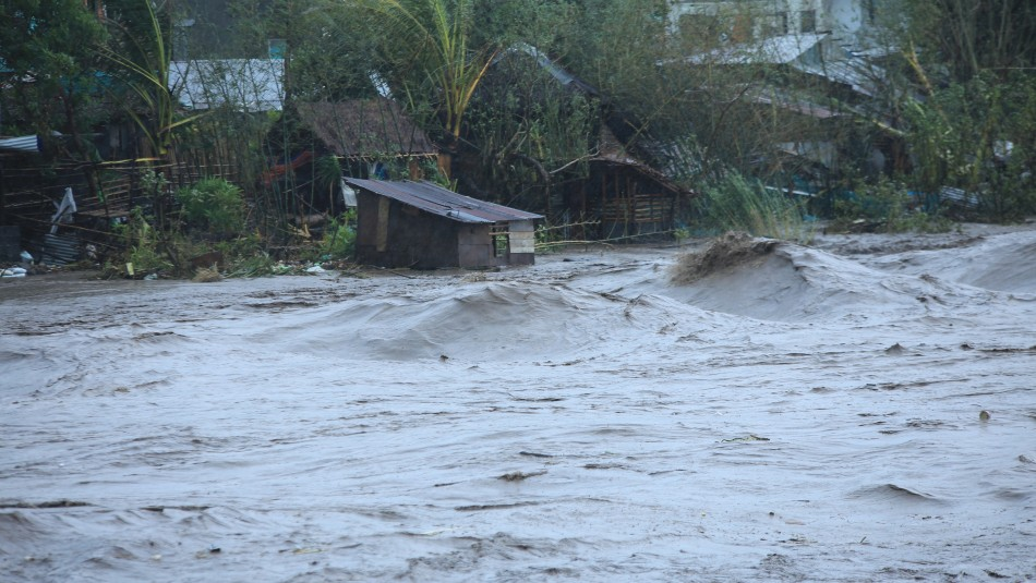 Vientos de hasta 225 km/h: Videos registran destructor paso del súper tifón Goni