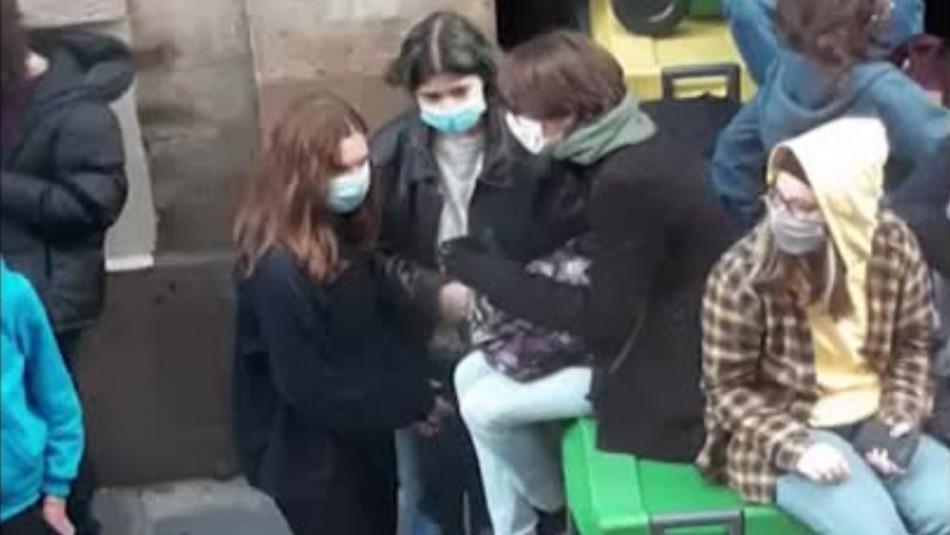 Alumnos bloquean ingreso a su escuela en protesta por medidas contra el coronavirus en Francia