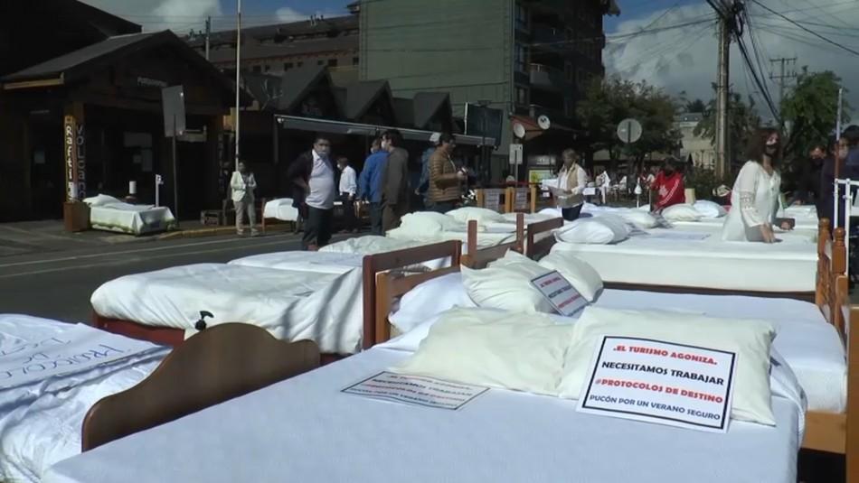 Camas de hoteles en calles de Pucón en protesta por falta de protocolo para reactivar turismo