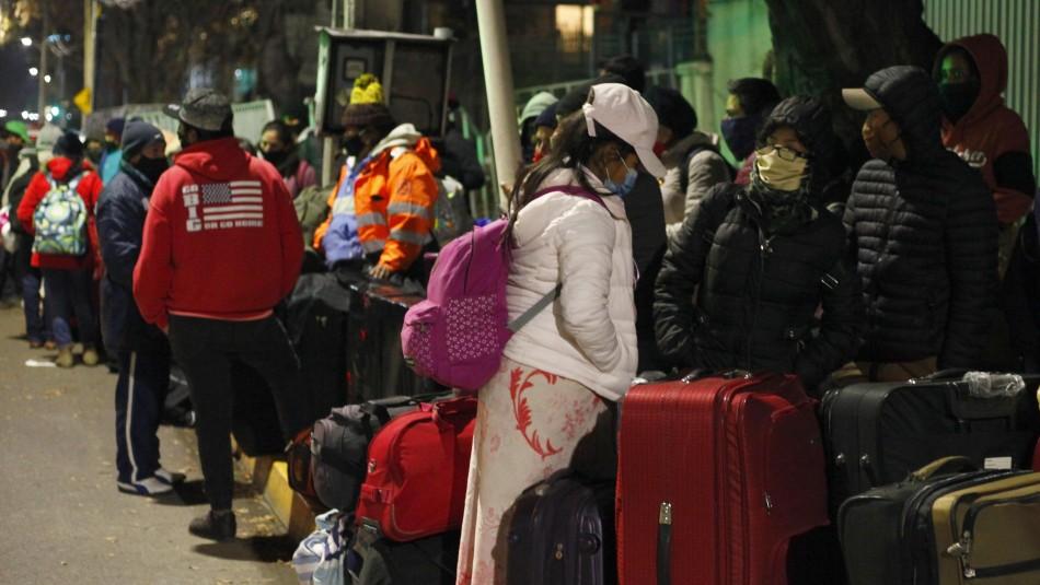 Más de 300 venezolanos esperan afuera del Terminal San Borja tras llegar desde Iquique