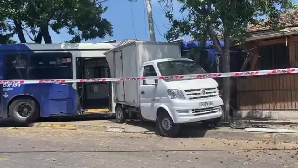 Bus del transporte público chocó y se metió a una casa en la comuna de Santiago