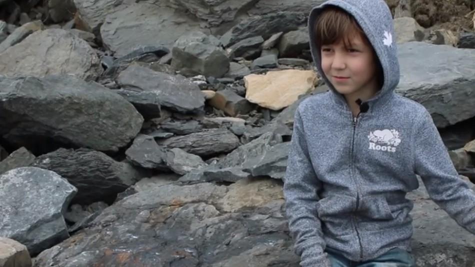 Niño de siete años encuentra fósil de dinosaurio mientras jugaba con su hermana
