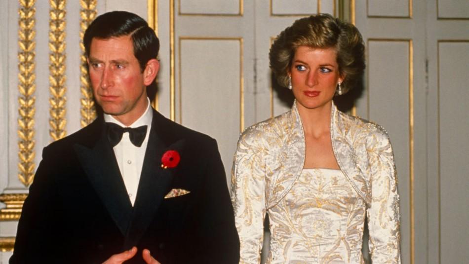 The Crown: Foto revela parecido entre Diana y Carlos con los actores que los interpretaron