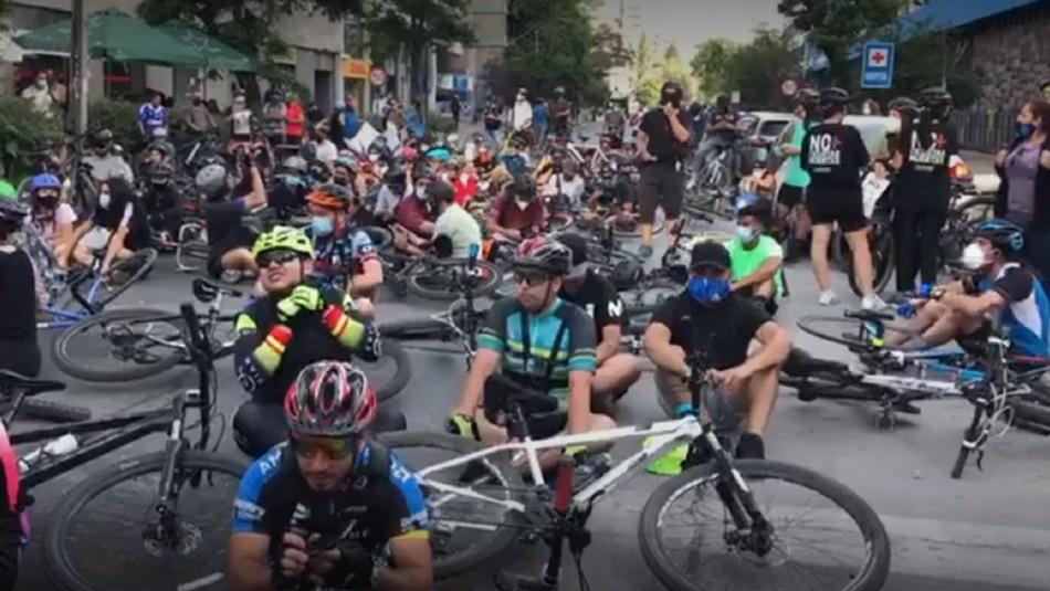 Ciclistas realizan velatón en Providencia.