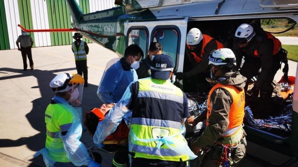 Carabineros rescata con helicóptero a deportista que tuvo accidente en la cima del cerro Peine
