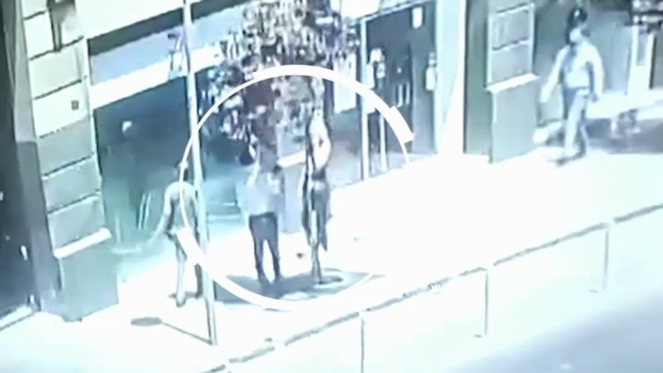 Video muestra momento en que sujetos estafan a mujer que quería cambiar dólares