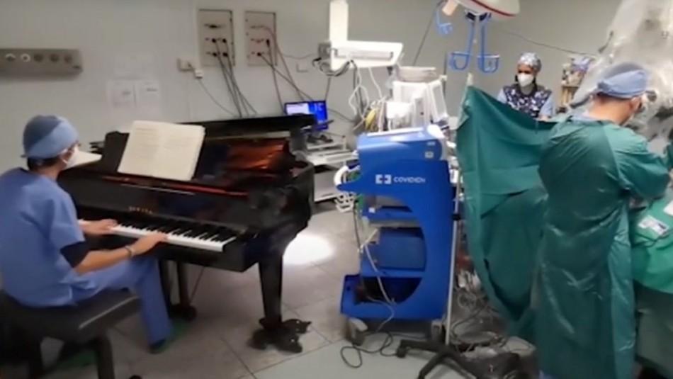 Operan a un niño de diez años mientras un médico toca el piano en el quirófano