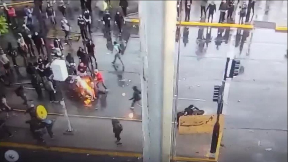 Manifestante resulta quemado tras intentar lanzar bomba molotov a Carabineros