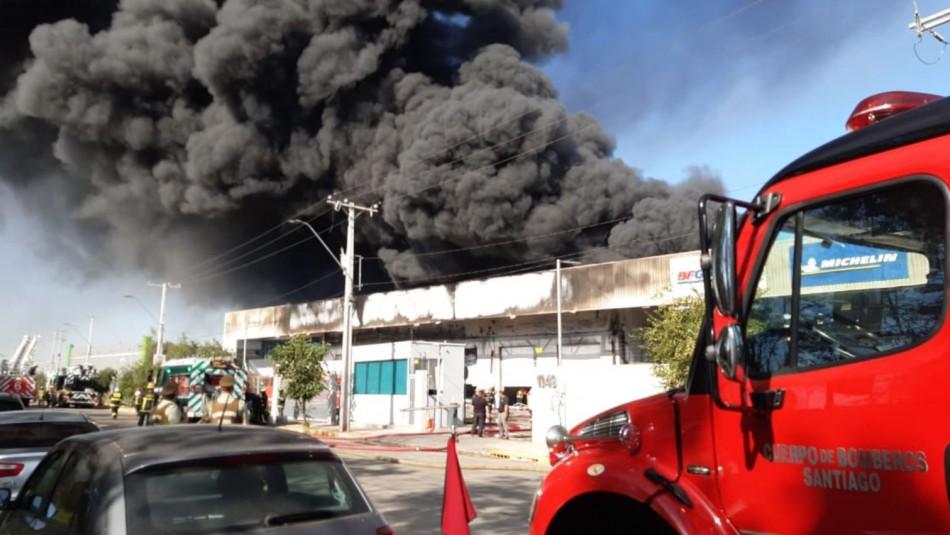 Incendio afecta a bodega de acopio de neumáticos en la comuna de Renca