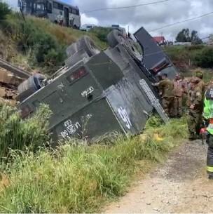 Se vuelca un carro lanzaaguas de Carabineros: Cuatro uniformados quedan lesionados
