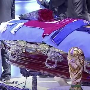Indignación por redes sociales: Empleado de funeraria filtra foto de Maradona en el ataúd
